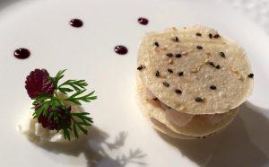 Millefoglie di manioca con tartare di branzino, burrata e riduzione di Porto rosso